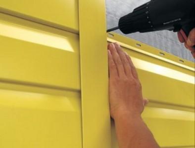 Процесс монтажа металлического сайдинга на стену дома