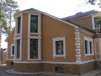 Декор фасада здания пенопластом