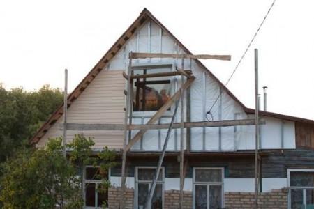 Процесс монтажа сайдинга на фасад фронтона