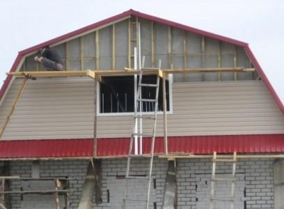 Процесс монтажа сайдинга на фронтон дома