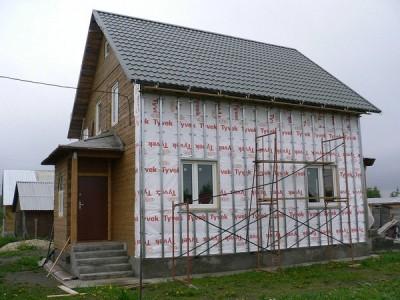 Установленный металлический каркас для монтажа сайдинга на стене дома