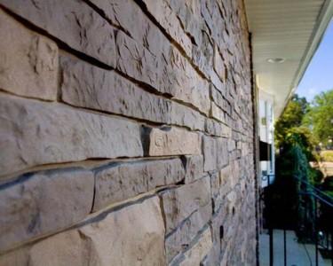 Отделка фасада дома диким камнем