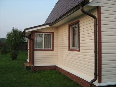 Пример отделки фасада дома и окон сайдингом