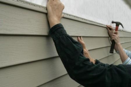 Процесс монтажа листов пвх сайдинга на фасад дома