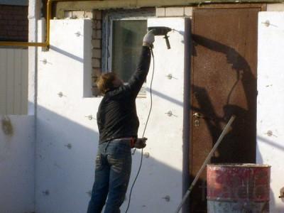 Пример крепления листов утеплителя на стену