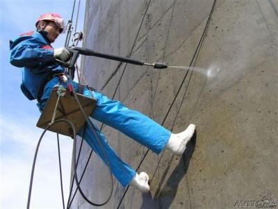 Процесс гидрофобизации стены здания