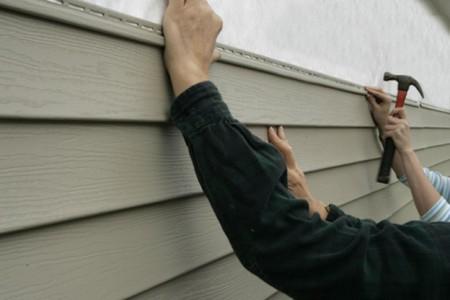 Монтаж панелей сайдинга на стену дома