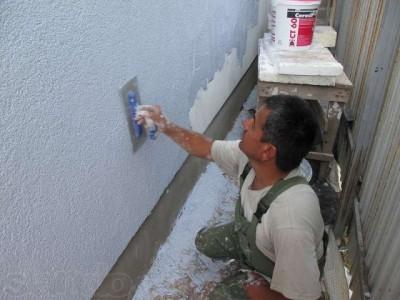 Пример нанесения штукатурной смеси на стену дома