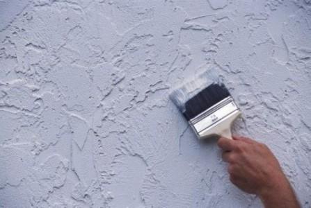 Нанесение фасадной штукатурной смеси на стену дома