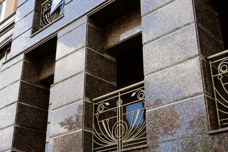 Фасад, отделанный гранитом, прослужит многие годы