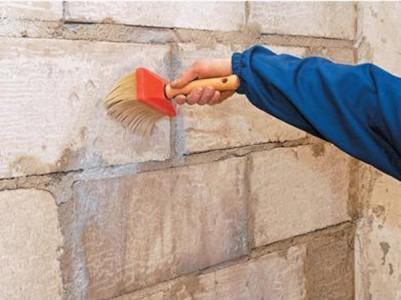 Перед монтажом грантных плит стены надо прогрунтовать грунтовкой глубокого проникновения