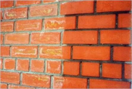 Кирпичная стена - слева без грунтовки, справа - обработанная