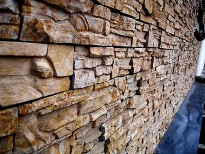 Керамическая плитка. имитирующая бучардированный камень