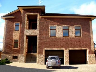 Отделка дома фасадной плиткой с разными фактурами