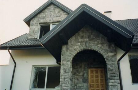Сочетание штукатурки и фасадной плитки с фактурой под камень