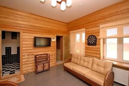 Деревянный блок хаус в гостиной