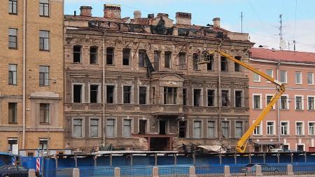 Такой неприглядный фасад надо спрятать на время ремонта
