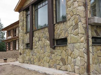 Дом, полностью облицованный каменной плиткой, очень красив