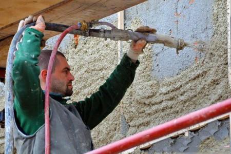 Пример нанесение структурной штукатурки на стену дома