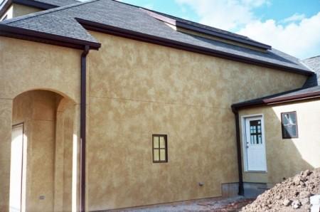 Пример отделки фасада дома структурной штукатуркой