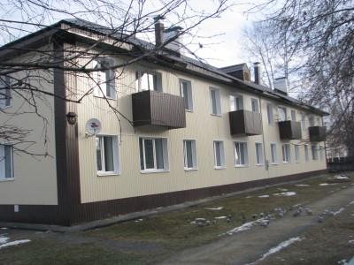 Фасад многоквартирного дома после качественного ремонта (отделка сайдингом)