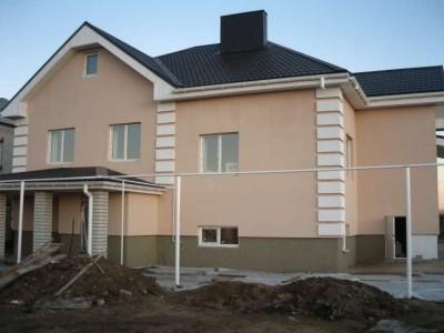 Поштукатуренный дом с покраской и рустированными углами