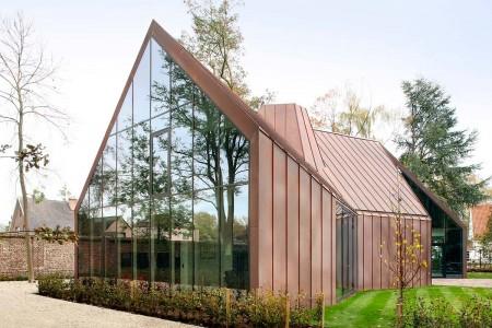 Современный дом - стекло и медные панели