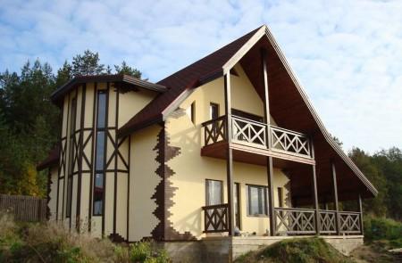 Красивый фасад - сочетание штукатурки, искусственного камня и дерева