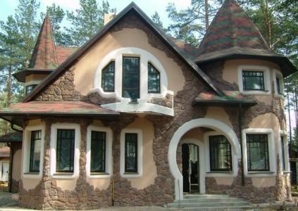 Комбинированная отделка дома - штукатурка, камень и архитектурный декор из пенополистирола