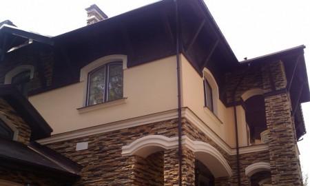Комбинированная отделка: 1 этаж - камень, второй - штукатурка и дерево