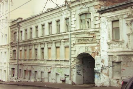 Такой фасад подлежит реставрации - косметического ремонта недостаточно