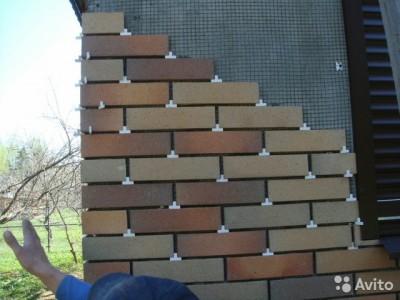 Процесс монтажа клинкерной плитки на стену дома