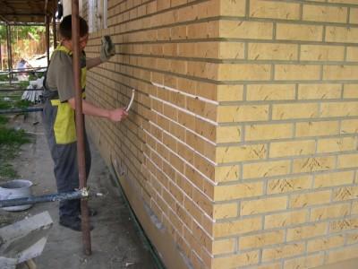 Процесс заделки швов после монтажа клинкерной плитки