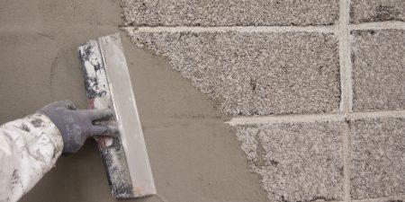 Обработка поверхности фасада грунтовкой