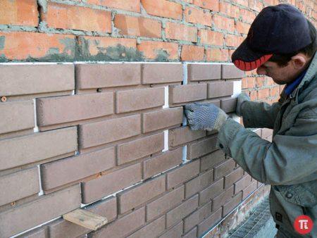 Процесс монтажа фасадных панелей на стену дома
