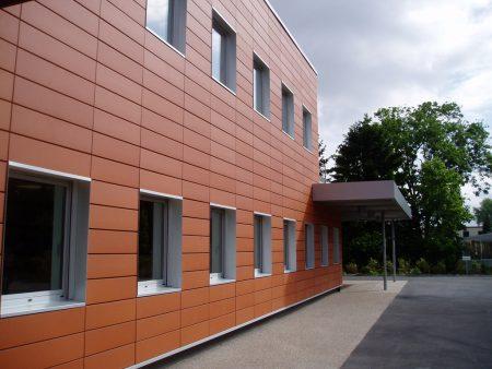 Фасадные панели изготавливают из разных металлов